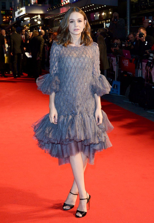 Carey Mulligan ist im grauen Chanel-Kleid ein ungewöhnlicher Hingucker.