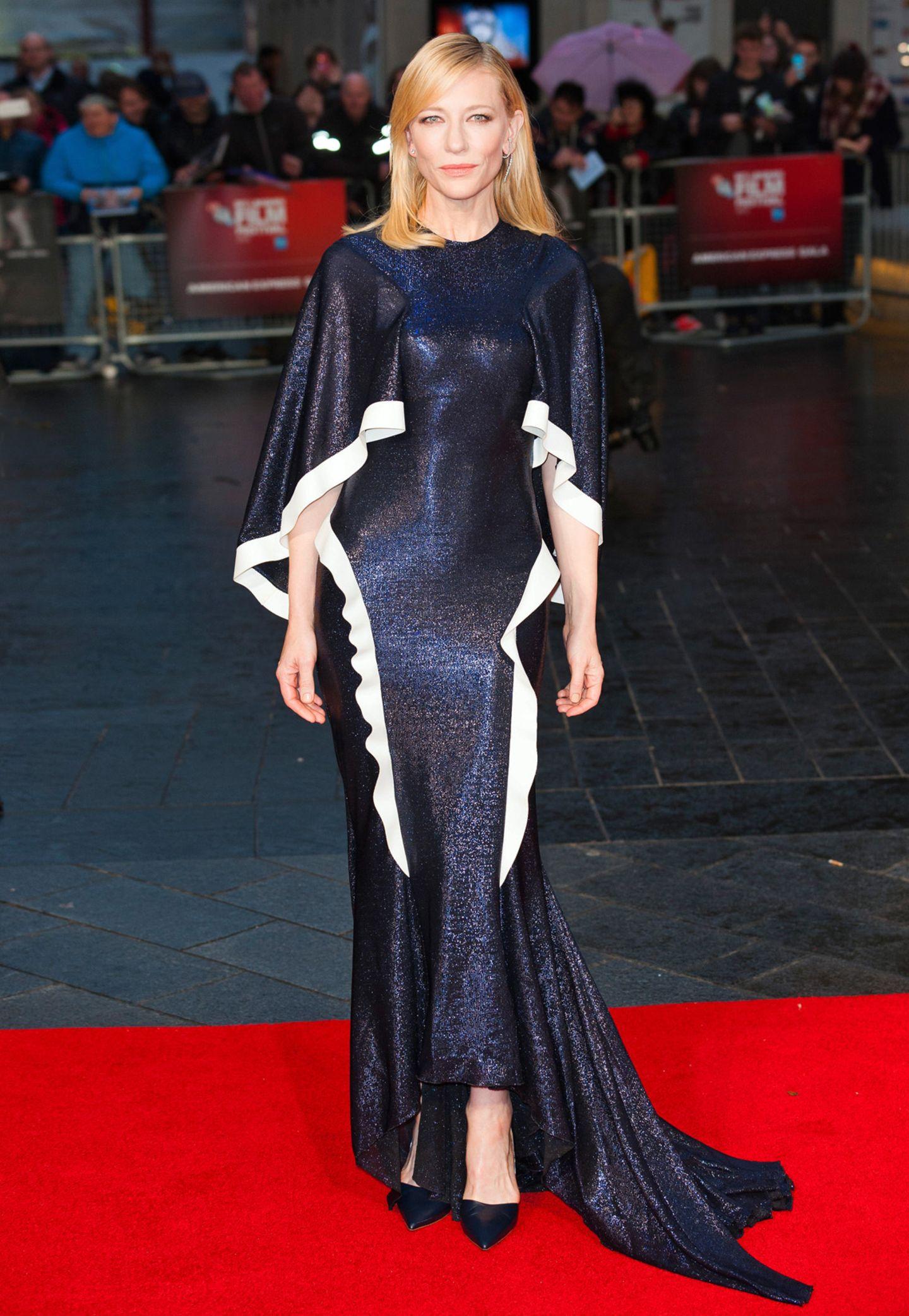 """Wow! Cate Blanchett macht bei der Premiere von """"Carol"""" ihrem Ruf als Stil-Ikone im dunkelblau glänzenden Kleid von Esteban Cortazar mal wieder als Ehre."""