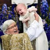 Der kleine Schreihals wird von Erzbischöfin Antje Jackelén getauft.