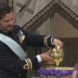 Taufpate Prinz Carl Philip füllt das Taufbecken mit Wasser aus einer Quelle auf Öland.