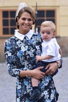Prinz Nicolas schaut sich auf der Taufe von seinem Cousin Prinz Alexander, getragen von seiner Mama Prinzessin Madeleine, um. Vor einem Jahr war er das Taufkind.