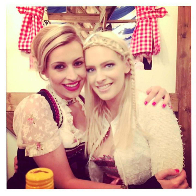 Auch Verena Kerth und Yvonne Schröder treffen sich im Dirndl in Frankfurt am Main.