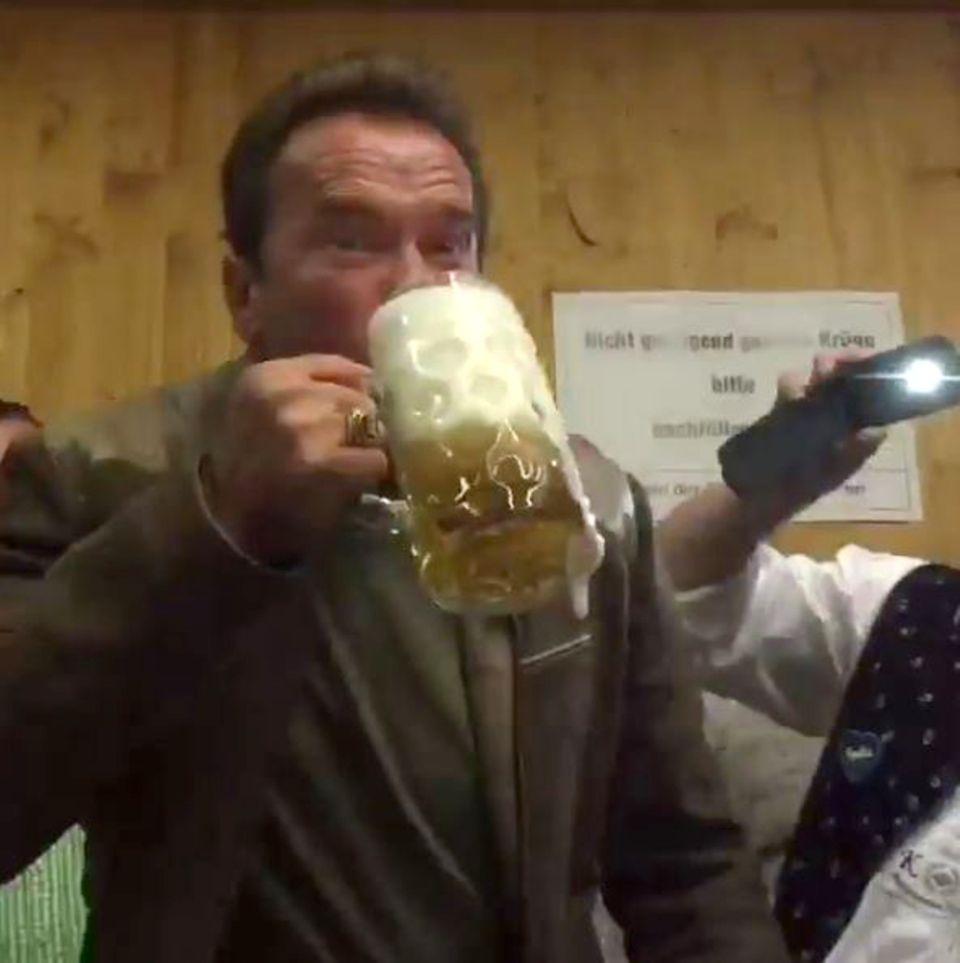 Arnold Schwarzenegger ist auch nach München gereist und zapft sich sein Bier selbst. Das Video davon teilt er mit seinen Fans auf Instagram.