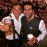 """Oktoberfest 2015: Elyas M'Barek und sein """"Fack ju Göhte 2""""-Kollege Volker Bruch gehören zu den ersten Promis auf der Wiesn. """"Herr Wölki und Herr Müller grüßen vom #Oktoberfest! #fackjutu"""", schreibt M'Barek zu dem Bild der beiden bei Facebook ."""