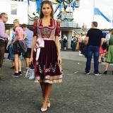 """Cathy Hummels zeigt sich im maßgeschneiderten Dirndl und Dior-Tasche auf dem Oktoberfest. """"O'zapft is"""", schreibt sie zu dem Bild bei Instagram."""