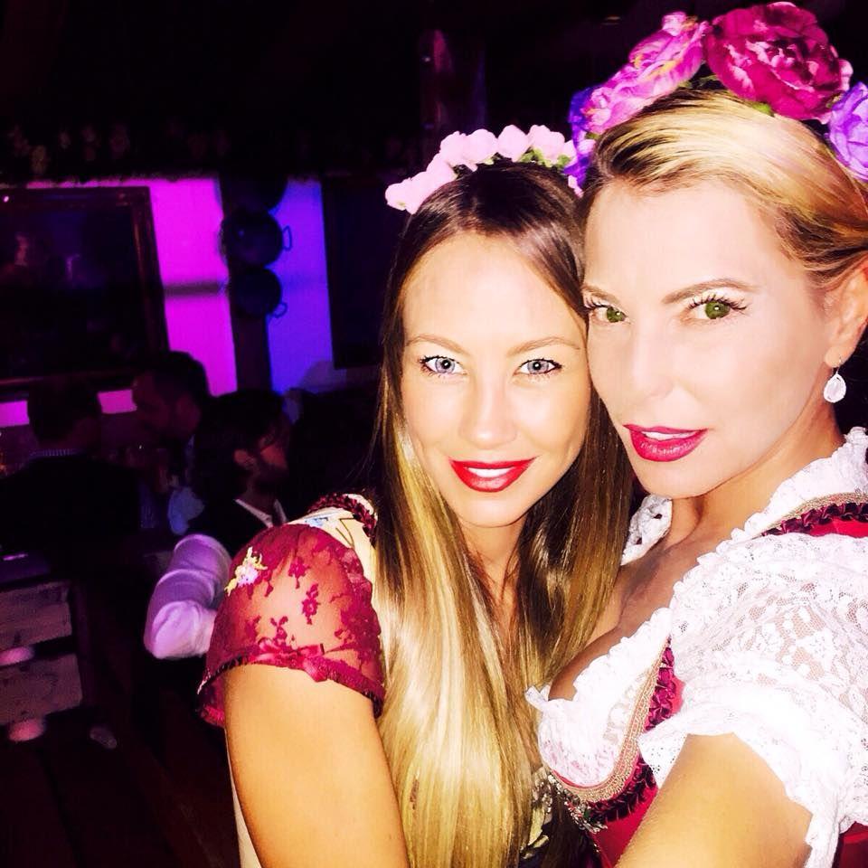 Alessandra Meyer-Wölden feiert gemeinsam mit Giulia Siegel.