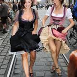 Viktoria Lauterbach und ihre Schwester Najat Skaf sind schon vor der ersten Maß sehr gut gelaunt.