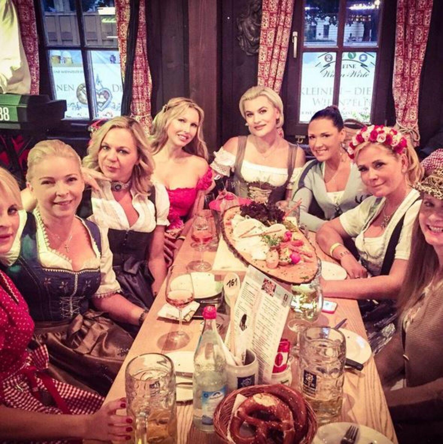Ladies' Night auf dem Oktoberfest! Simone Ballack postet dieses Bild auf ihrem Instagramprofil.