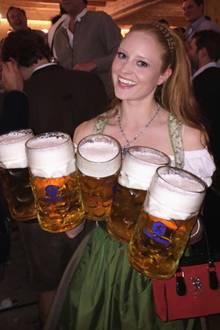 Ganz schön stark: Barbara Meier stemmt ein paar Bierkrüge.
