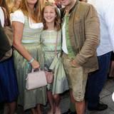 Dana Schweiger und ihre Tochter Emma tragen Partnerlook. Hardy Krüger jr. passt auch ganz gut dazu.