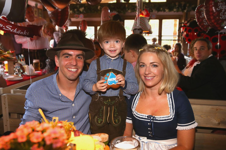 Philipp Lahm genießt eine Brotzeit mit Ehefrau Claudia und Sohn Julian.