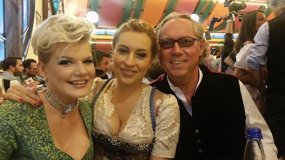 Melanie Müller und Verena Kerth stoßen mit Schönheitschirurg Werner Mang an.