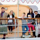 """Juli 2014  Eine viel beachtete Reise: Mit der ganzen Familie reist das Kronprinzenaar mit der königlichen Jacht """"Dannebrog"""" nach Grönland. Mit dabei sind nicht nur die beiden Großen, Christian und Isabella. Auch Vincent und Josephine sind mit von der Partie."""
