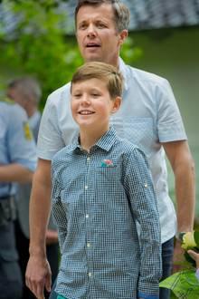 19. Juli 2015  Die nächsten Königsgenerationen am dänischen Hof: Prinz Frederik und sein Sohn Prinz Christian im Juli, als die Mitglieder eines Ringreiterverbandes vor Schloss Gråsten, wo die königliche Familie gemeinsam einen Teil des Sommers verbringt, einen kurzen Stopp einlegt.   Bei solchen und ähnlichen Terminen ist es für das Kronprinzenpaar selbstverständlich ihre Kinder mitzubringen - und das kommt an. Selbst ausländische Medien loben die lockeren und entspannten dänischen Royals für solche Auftritte im In- und Ausland.