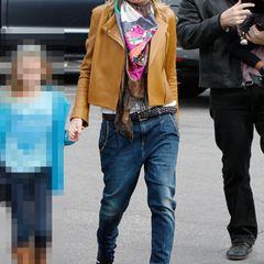 Ebenfalls im Club der sündhaft teuren Streetstyle-Shopper ist Heidi Klum. Die Lederjacke von The Row kostet 2300 Euro, die Sonnenbrille von Oliver Peoples immerhin 350 Euro, die Jeans von Met 240 Euro und die Sneakers von Isabel Marant 570 Euro.