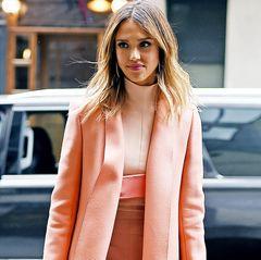 Ein Mantel von Narciso Rodriguez für 3870 Euro, die passende Hose für 1140 Euro und eine Tasche von Kenzo für 870 Euro - schon hat man den Luxus-Look von Jessica Alba.
