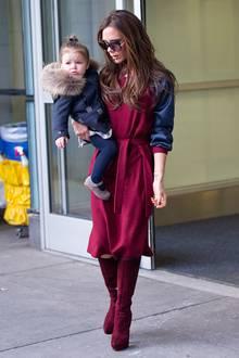 """Kaum zu glauben, aber ausgerechnet Victoria Beckham trägt den """"günstigsten"""" Look der Runde. Ihr Kleid von Jil Sander schläft mit 710 Euro zu Buche und die Boots von Giuseppe Zanotti kosten 1100 Euro."""