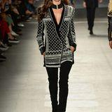 Supermodel Alessandra Ambrosio führt den mit Perlen bestickten Samtblazer vor