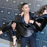 Balmain-Designer Olivier Rousteing nimmt Kendall Jenner auf den Arm.