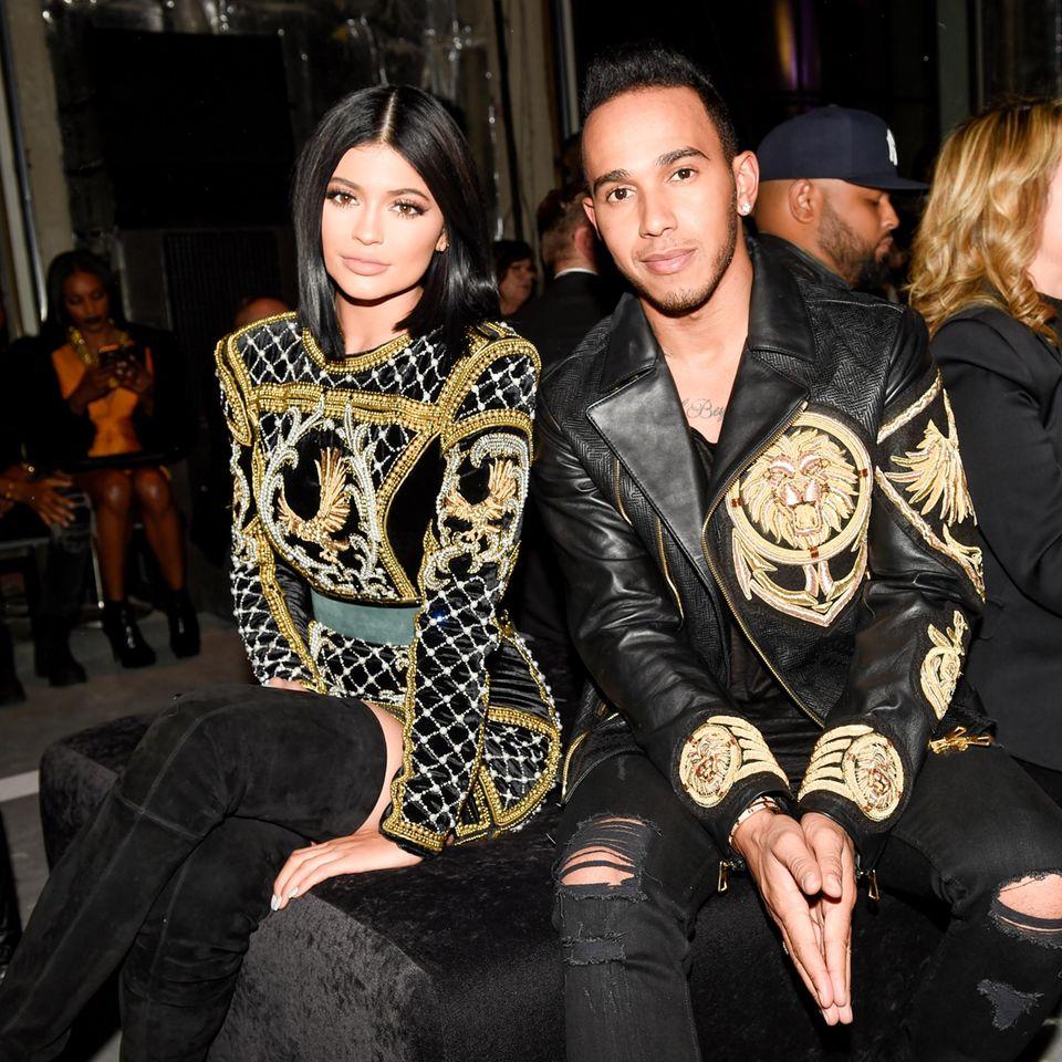 Huch, was macht denn Lewis Hamilton in der ersten Reihe? Ihm wird ein großes Interesse an Kendall Jenner nachgesagt, die auf der Show als Model läuft. Neben seiner Schwester Kylie hat er vorerst Platz genommen.