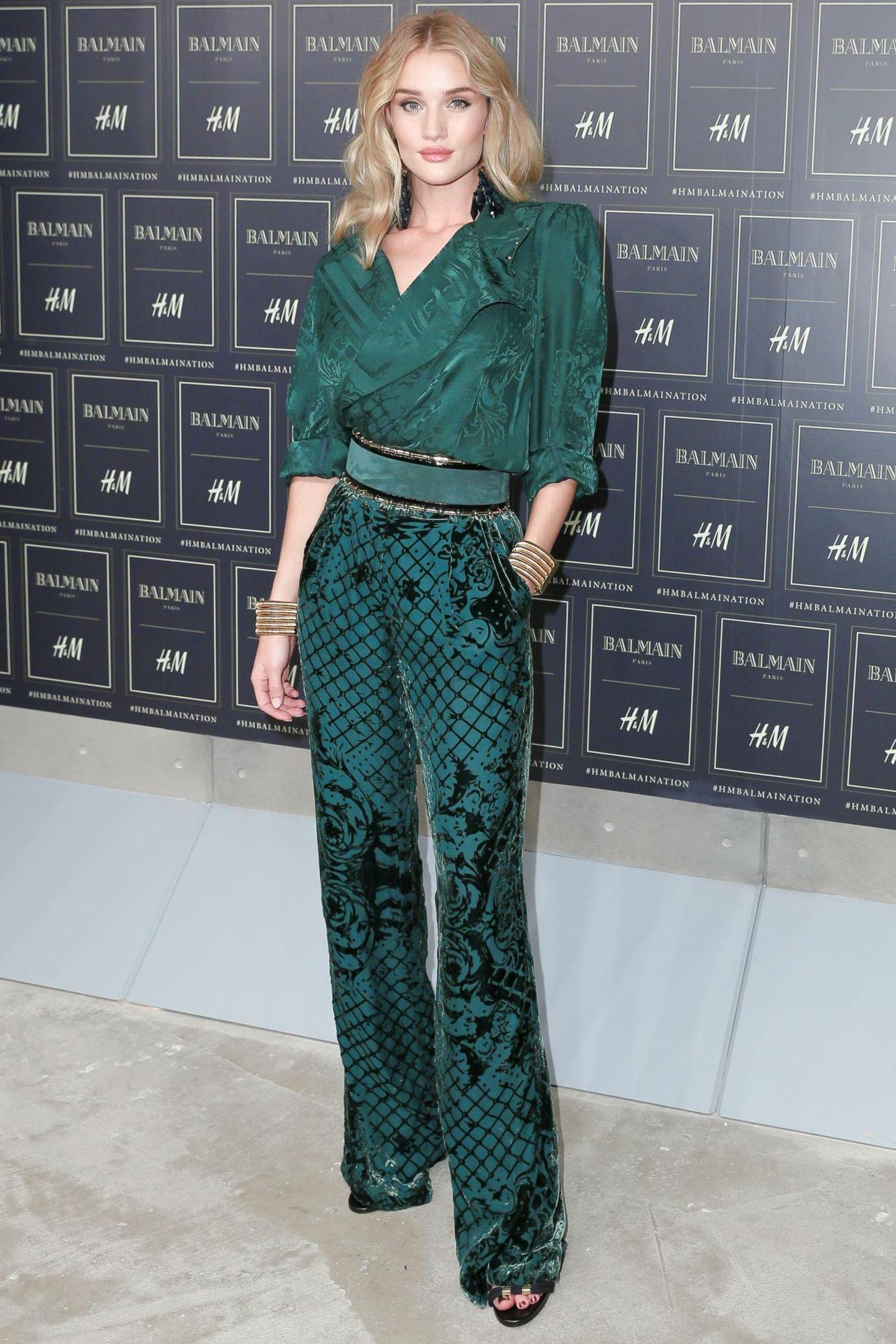 XL-Schulterpolster: Rosie Huntington-Whiteley trägt Balmain für H&M.