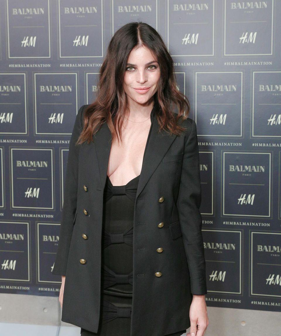 Julia Restoin Roitfeld, die Tochter der ehemaligen Chefin der französischen Vogue Carine Roitfeld, lässt mit diesem Ausschnitt ganz tief blicken.