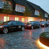 Stilvoll fahren die Buddies mit den Limousinen von BMW ins Gogärtchen und freuen sich auf einen geselligen Abend.