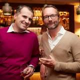 Tauschen sich bei einem Drink an der Hotelbar des Severin*s Resort & Spa über die Ereignisse des Tages aus: Jens Ciliax (Estée Lauder) und Marcus Luft (Gruner + Jahr)
