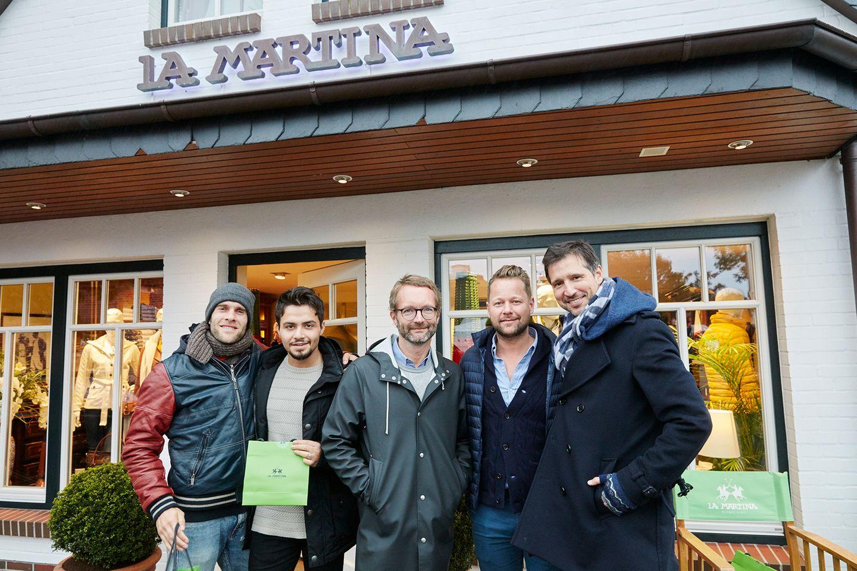 Die Buddies freuen sich über ihren gemeinsamen Abstecher mit Bastian Ammelounx (2. v.r.) zum LA MARTINA Store in Keitum.