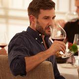 Jochen Schropp konzentriert sich voll auf das Weinglas-Tasting von Riedel.