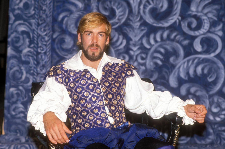 Vom TV-Serienarzt zum Fürsten? Sascha Hehn posiert 1989 mit Bart, zotteligen Haaren und Pumphosen auf einer Art Thron.