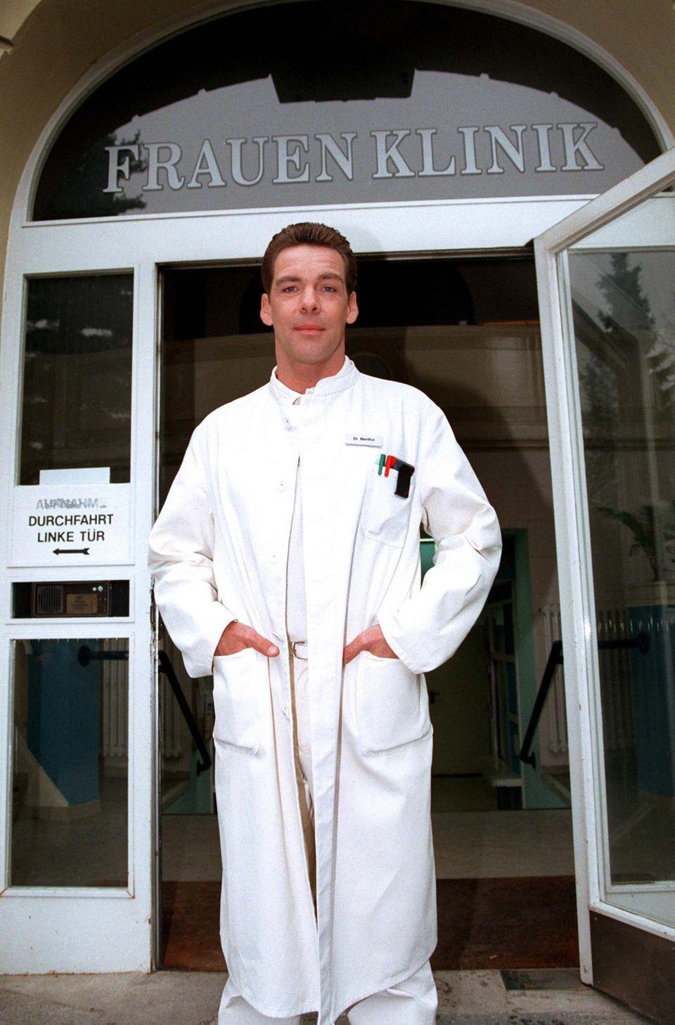 """Imagewandel? Eher nicht. Aber die Fachrichtung wechselt Sascha Hehn Ende der 1990er-Jahre. Aus dem Chirurgen """"Dr. Udo Brinkmann"""" wird der Frauenarzt """"Dr. Markus Merthin"""""""