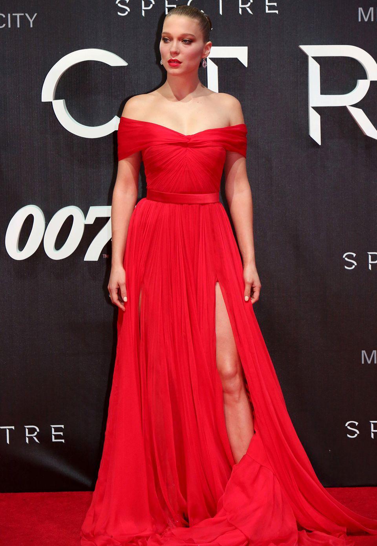 Ihre französische Eleganz und Anmut vereint Léa Seydoux mit italienischem Sexappeal in einem wunderschönen, leuchtendroten Kleid von Miu Miu mit Carmen-Ausschnitt.
