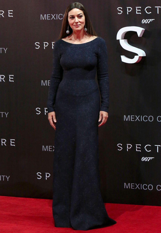 Sie mag vielleicht das älteste Bond-Girl der Geschichte sein, aber ganz sicher ist sie auch eines der stilsichersten: Monica Bellucci in einem nachtblauen Kleid von Azzedine Alaïa.
