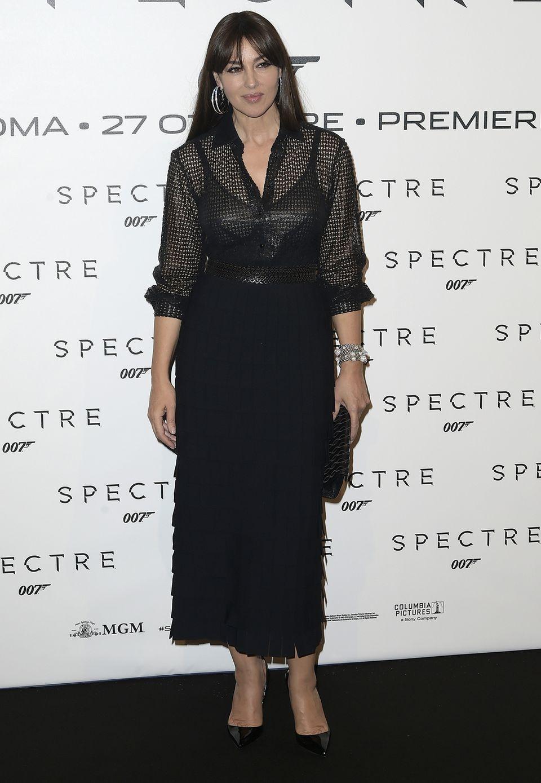 """Heiße Kurven in schwarzen Fransen: Mit einem eleganten, aber ungewöhnlich experimentellen Look von Azzedine Alaïa posiert Monica Bellucci bei der """"Spectre""""-Vorführung in Rom für die Fotografen."""
