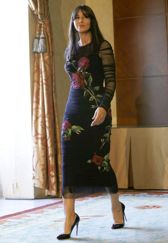 """Na also, da ist er endlich: der typische """"Monica Bellucci in Dolce&Gabbana""""-Look. In einem figurschmeichelnden, schwarzen Kleid mit Rosen-Prinz und transparenten Ärmeln meistert Monica Bellucci den Photocall in Madrid."""