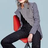 6 Uniformjacke, hier mit Schwarzweißmuster. Von Boss Woman. Bluse von Barbara Bui. Spitzenhose von Laurèl