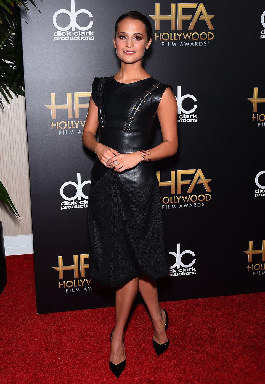 """""""Codename U.N.C.L.E.""""-Star Alicia Vikander setzt auf lässigen Leder-Look mit Reißverschluss- und Nieten-Details."""