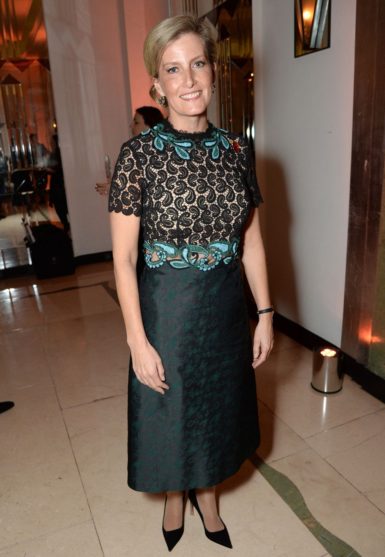 Gräfin Sophies Outfit kommt uns bekannt vor! Shailene Woodley hatte das Spitzenkleid von Mary Katrantzou im August auch schon an.