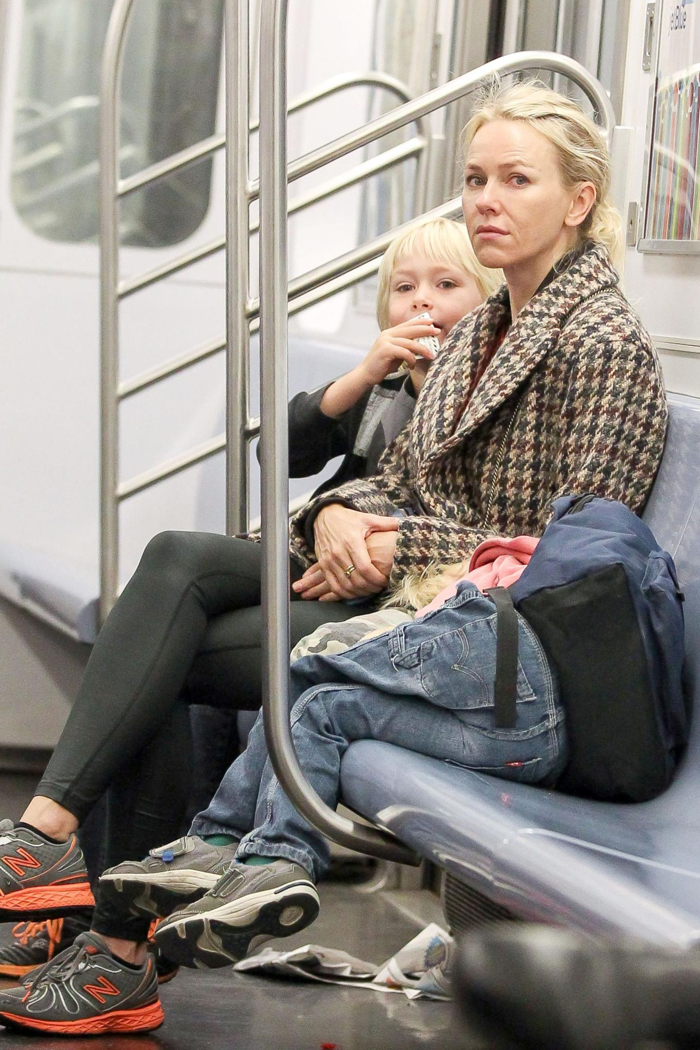 Naomi Watts liebt die Abwechslung: Sie bringt ihre Kinder mal zu Fuß, mal mit dem Rad oder eben mit der Bahn zur Schule.