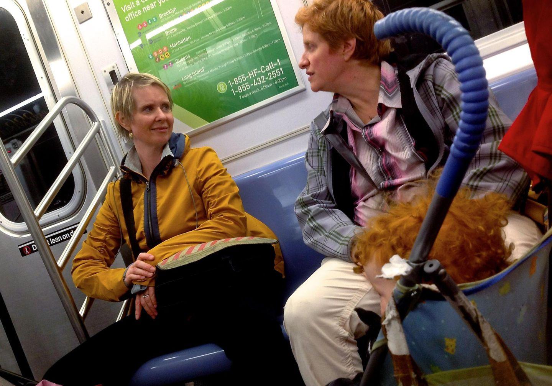 """""""Sex and the city""""-Star Cynthia Nixon wird mit der Aktivistin Christine Marinoni in der Bahn gesichtet."""