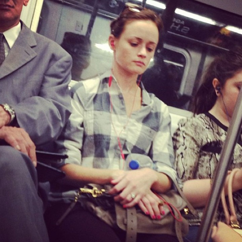 So richtig wohl fühlt sich die Schauspielerin Alexis Bledel in dieser U-Bahn wohl nicht. Ein bisschen mehr Platz sei ihr auch gegönnt.