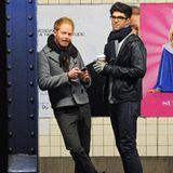 """Der """"Modern Family""""-Star Jesse Tyler Ferguson und sein Freund Justin Mikita warten gemeinsam auf die Bahn."""