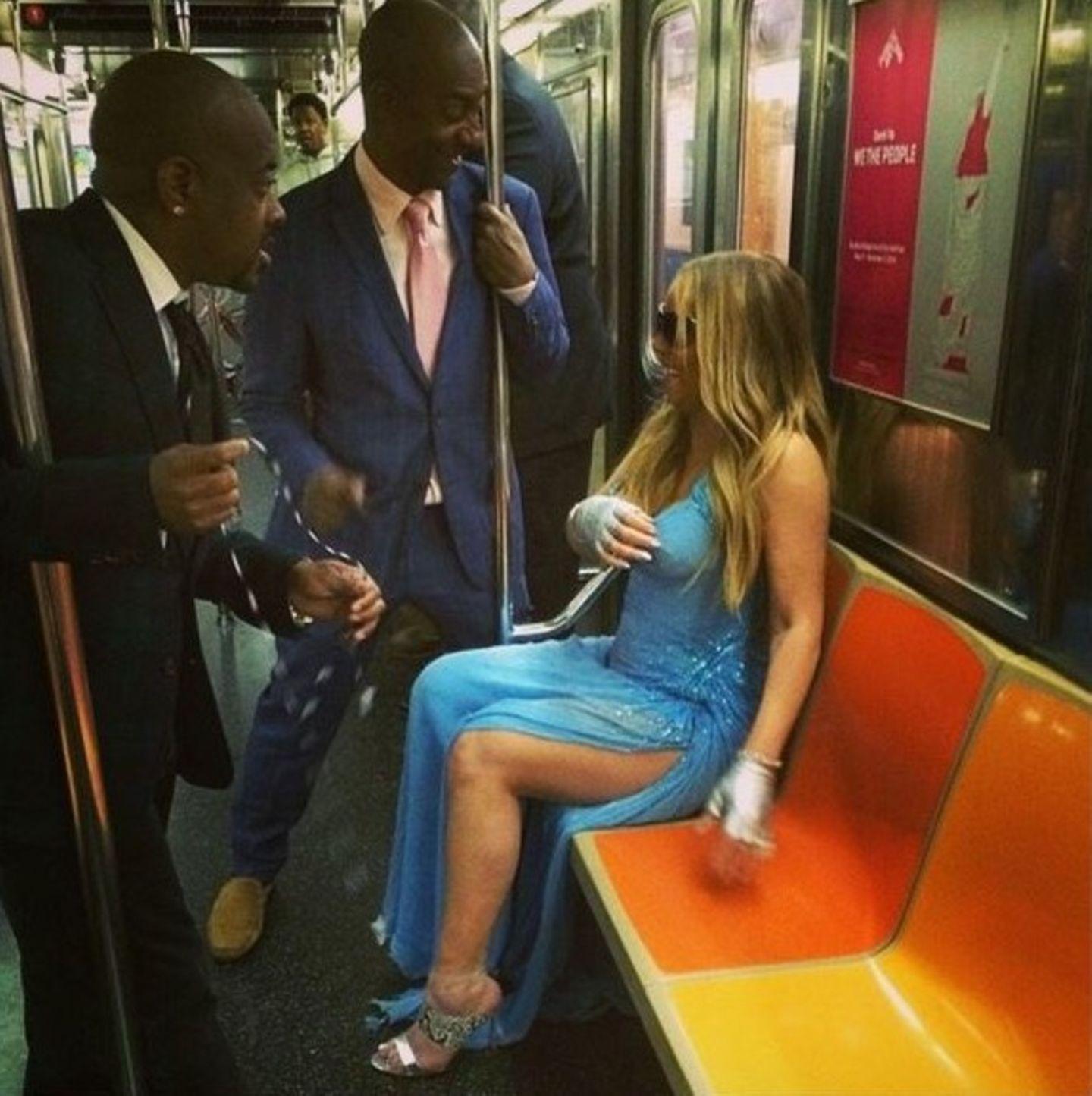 Nicht ohne mein Versace-Kleid! Mariah Carey macht keine Anstalten in der Bahn anonym zu bleiben.