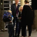 Die Söhne von Naomi Watts tragen vor ihrer Oma Miv ein Kämpfchen auf dem Bahnsteig aus. Naomi amüsiert ?s.