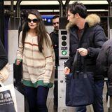 Schön warm eingepackt bahnt sich Katie Holmes den Weg durch die New Yorker U-Bahn-Absperrungen.