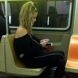 Auch das Model Nina Agdal bewegt sich zügig durch Manhattan.