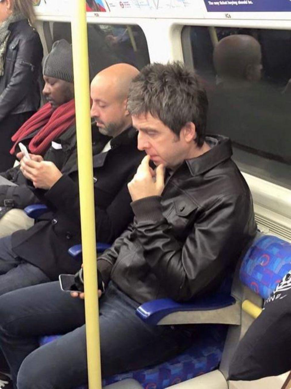 Keeps cool: Noel Gallagher ist per U-Bahn auf dem Weg zu seinem Auftritt mit U2 in der Londoner O2-Arena.
