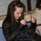 Hätten Sie sie erkannt? Etwas übermüdet ist die Schauspielerin Christina Ricci in der Bahn anzutreffen.