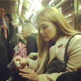Time is money: Drew Barrymore verlagert gern mal den letzten Schliff in Sachen Beauty in die U-Bahn.
